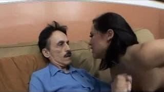 Un vieux pervers bien monté qu'elle va pomper