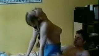 Cette jeune femme blonde va grimper sur son mec