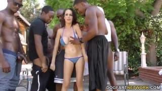 Gang Bang interracial pour cette femme pulpeuse