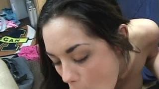 Bon porno amateur avec une brunette étudiante