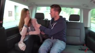 Il baise une auto-stoppeuse puis la dégage !
