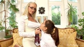 2 instituteur montre a une élève comment baiser