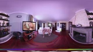 Blondie Fesser pour une porno en VR en HD !