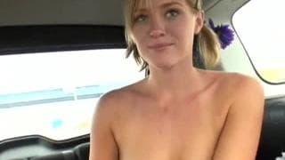 Une blonde sublime baisée dans une voiture.