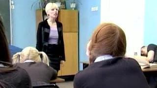 Deux gouines se lèchent au en classe
