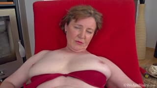 Romana Sweet adore exhiber sa vulve poilue