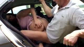 Ils baisent à l'arrière de la voiture