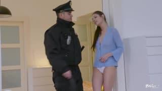 Deux copines veulent se taper un flic.