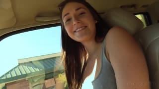 L'étudiante embarquée en voiture, suce et plus