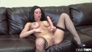 Kendra Lust aime bien cet énorme dildo !