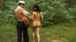 Beurette aux gros seins baisée dans les bois