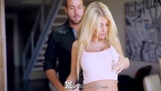 Kayla Kayden la blonde aux faux seins