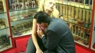 Blonde super sexy se fait baiser en boutique.
