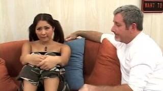 Asiatique qui est excite avec un homme