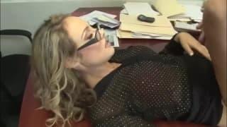Charlee se fait copieusement troncher au bureau