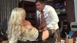 Une secrétaire se fait baiser sur le bureau