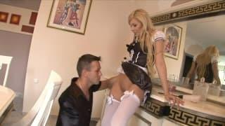 Belle blonde en femme de ménage se fait baiser