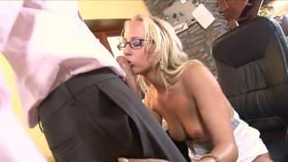 Ian Scott profite de cette blonde à lunettes