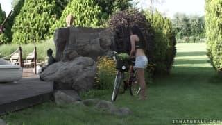 Laurita la brunette arrive à bicyclette