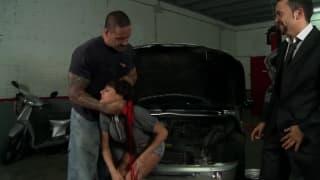 Garagiste qui baise une petite brunette