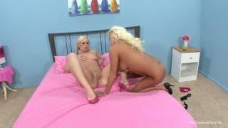 Nikita et Tara deux lesbiennes bandantes