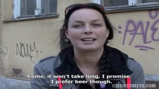 Une tchèque se met à nue au restaurant