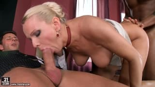Une secrétaire mature accueille 2 bites