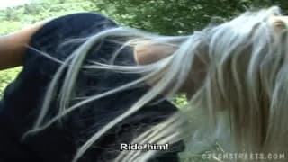 Blonde tchèque qui baiser en pleine nature !!..