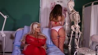 Une jeune infirmière lèche sa patiente