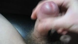 Voici un amateur qui aime bien toucher sa queue