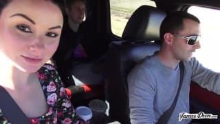 Elle commence à le sucer dans la voiture