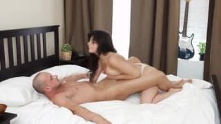 Il encule sa jeune maitresse sur le lit