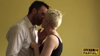 Il baise une jeune blonde à gros seins