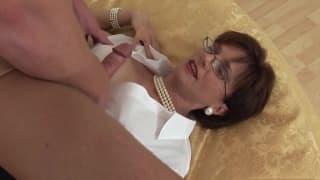 Cougar suce la bite de son jeune chérie !