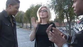 Une blonde s'amuse avec deux jeunes blacks