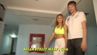 Une chaudasse asiatique adepte du bondage
