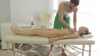 Cette jeune blonde ce fait sauter après massage