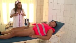 Un ouvrier se fait soigner par une infirmière.