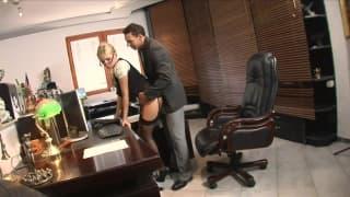 Secrétaire qui se fait démontée par son patron!