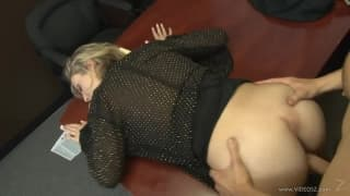 La secrétaire surprend son patron à se branler