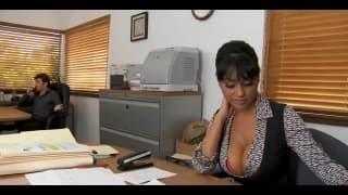 Une secrétaire qui adore se faire baiser