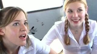 Deux jeunes jolie blonde ce font sauter