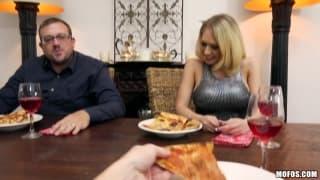 Elle l'invite à manger une pizza mais pas que