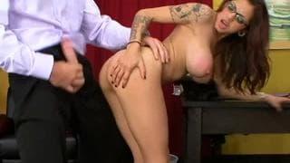 Adrenalynn veut montrer ses seins au patron