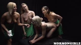 Belles blonde toute en blanc en masturbation