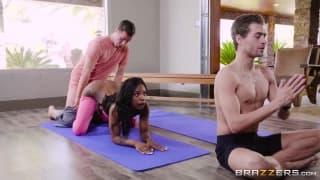 Double bites pour une ebony qui fait du yoga