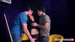 Holly Hendrix se tape deux mecs au bar