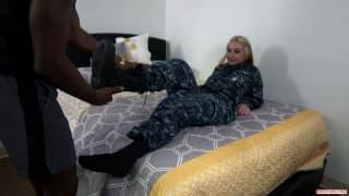 Une soldat s'éclate avec une bite black