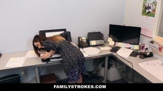 Cette secrétaire chauffe son vieux pour baisé