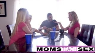 Brandi Love apprend à deux putes comment baiser